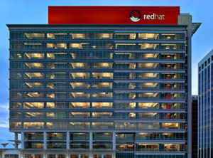 foto externa da Red Hat Tower em Raleigh, NC